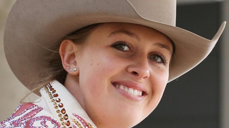Gina-Maria Schumacher verabschiedet sich von einem ihrer Pferde. (Foto)
