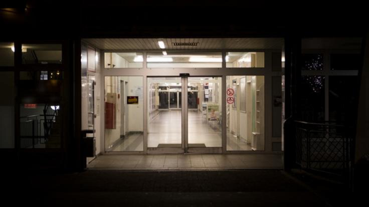 Am Donnerstag wurde im Einkaufszentrum Eselsmühle in Halle (Saale) eine 40-jährige Frau mit schweren Verletzung aufgefunden. (Foto)