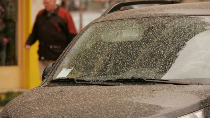 Wenn sich Niederschläge mit Sarahastaub mischen, sprechen Meteorologen von Blutregen - und Autofahrer haben den Schlamassel.