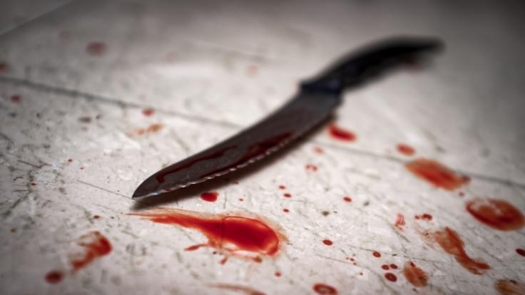 Der Senior soll das Messer mitten in die Brust seiner 78-jährigen Freundin gerammt haben. (Foto)