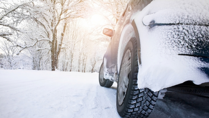 Autofahren bei Schnee und Kälte erfordert regelmäßige Pflege und Wartung des Autos. (Foto)