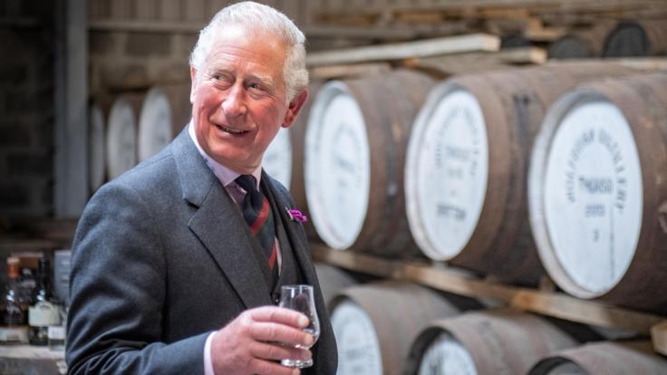 Prost! Prinz Charles gönnt sich in der schottischen Whiskybrennerei Wolfburn in Caithness einen edlen Tropfen.