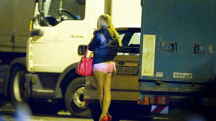 Eine Minderjährige soll sich für ihren 63-jährigen Freund prostituiert haben (Symbolbild). (Foto)