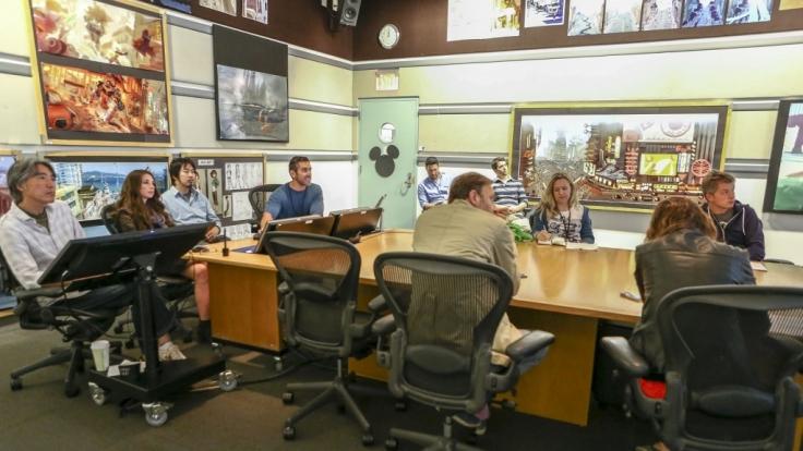 Die vier Designer erklären den anwesenen Journalisten, nach welchen Gesichtspunkten die Welt von Baymax erschaffen wurde. (Foto)