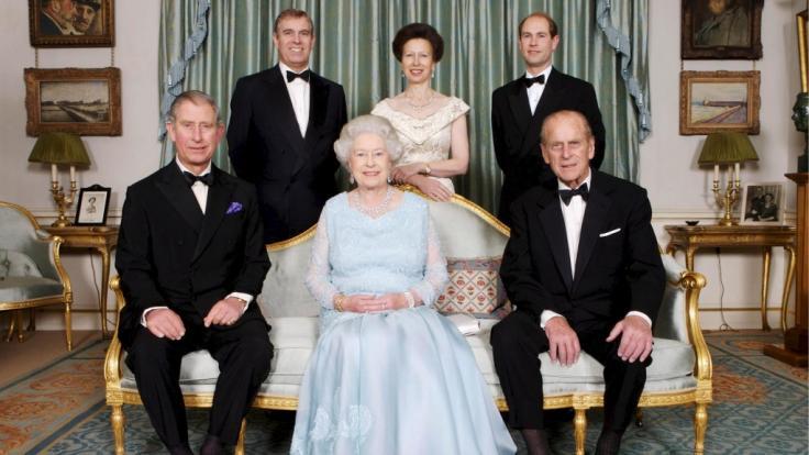 Die britischen Royals auf einem harmonischen Familienportrait - doch zwischen den Kindern von Queen Elizabeth II. und Prinz Philip soll die Idylle getrübt sein.
