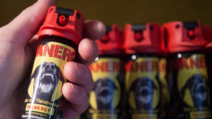 Ansturm auf Selbstverteidigungsmittel: Vor allem das frei verkäufliche Pfefferspray steht derzeit hoch im Kurs.