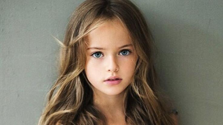 Mit acht Jahren posiert die Russin schon wie ein Profi vor der Kamera.