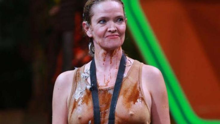 Da konnten auch die Federn nichts mehr bedecken: Trotz einer schleimigen Dusche inklusive Vogel-Federn, standen Julia Biedermanns Nippel wie eine Eins.