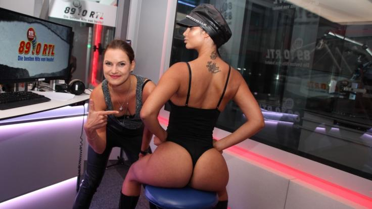 Micaela Schäfer zeigt ModeratorinLouisa Noack, was man(n) beim Doggy-Style mit ihr zu sehen bekommt.