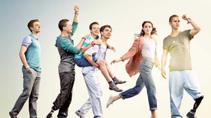 V.l.: Alex (Timur Bartels), Jonas (Damian Hardung), Hugo (Nick Julius Schuck), Toni (Ivo Kortlang), Emma (Luise Befort), Leo (Tim Oliver Schultz). (Foto)