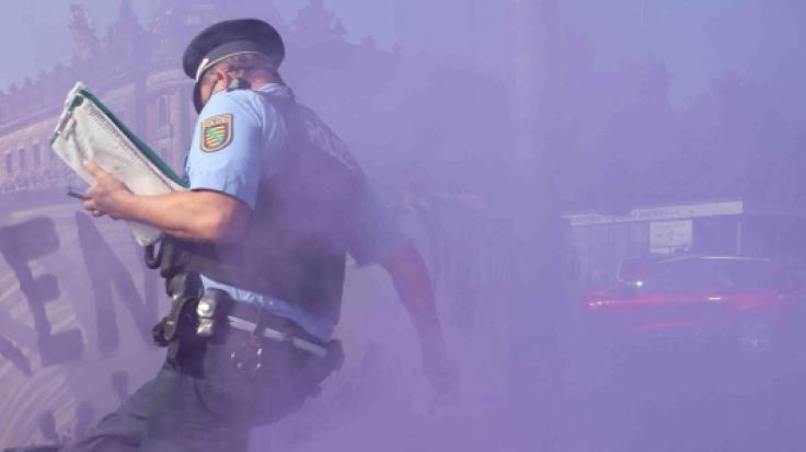 Am Wochenende hat ein Polizist einem Demonstranten mit Waffengewalt gedroht. (Foto)