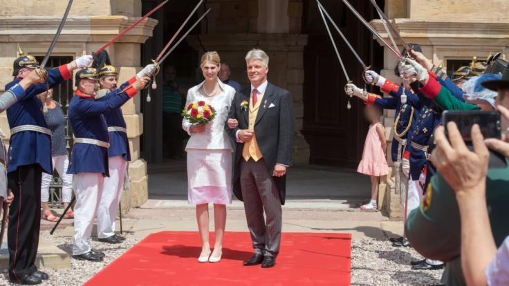 Prinzessin Stephanie von Sachsen-Coburg und Gotha und ihr Mann Jan Stahl kommen nach ihrer Trauung aus Schloss Friedenstein. (Foto)