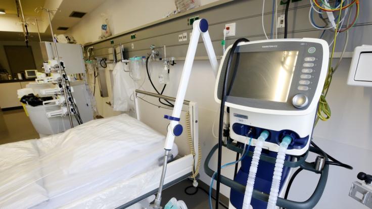 Ein Intensivbett mit einem Beatmungsgerät steht in einer deutschen Klinik. (Foto)