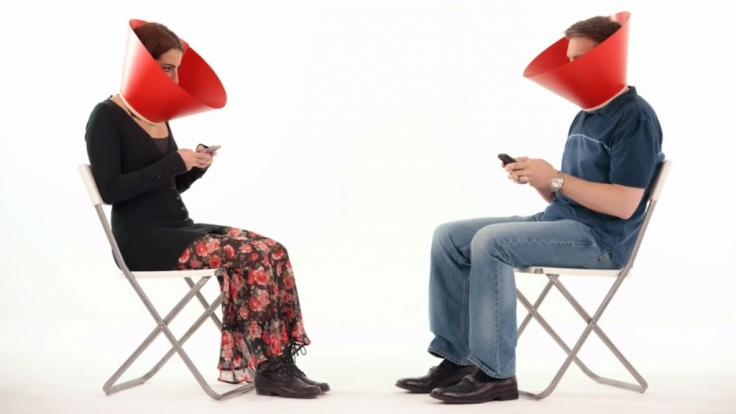 Die Beiden werden durch den Social Media Guard gezwungen, sich in die Augen zu sehen.