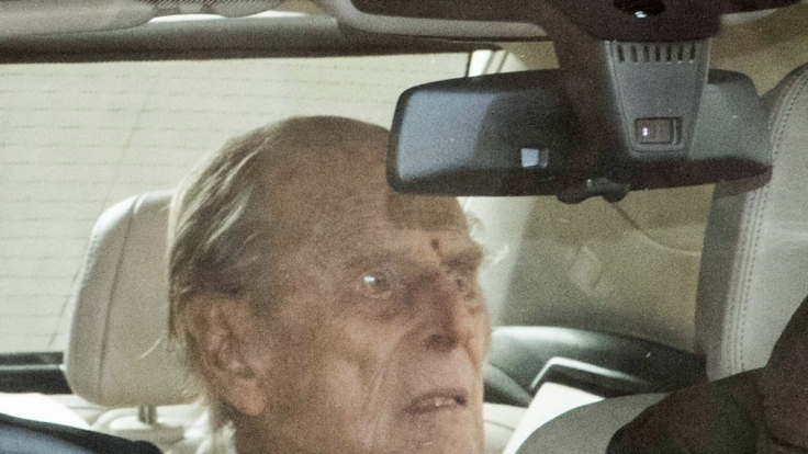 Der britische Prinz Philip, Herzog von Edinburgh, verlässt in einem Auto die private Londoner King Edward VII-Klinik. (Foto)