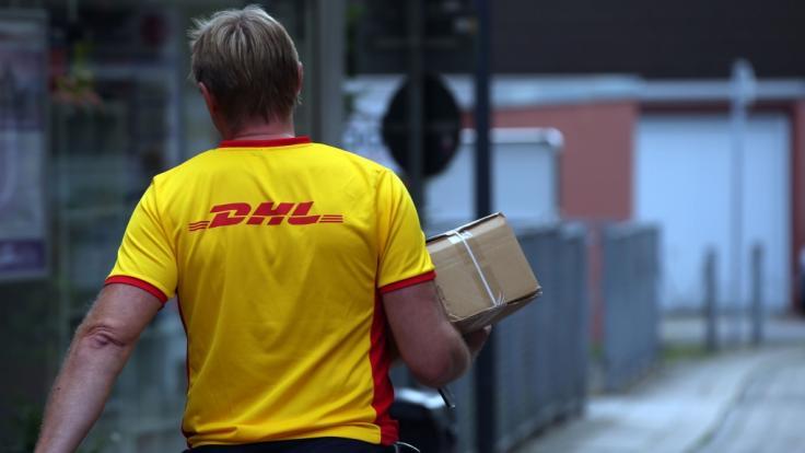 In der Coronakrise haben die Paketzusteller der Deutschen Post mehr zu tun als zu Weihnachten.