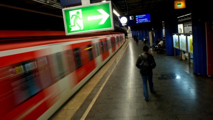 Zugunglück in Köln: Im Stadtteil Müngersdorf wurde eine 18-jährige Frau von einer S-Bahn erfasst und schwer verletzt. (Foto)
