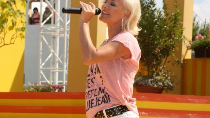 Goldkehlchen Michelle singt live bei Immer wieder sonntags im Europapark Rust.