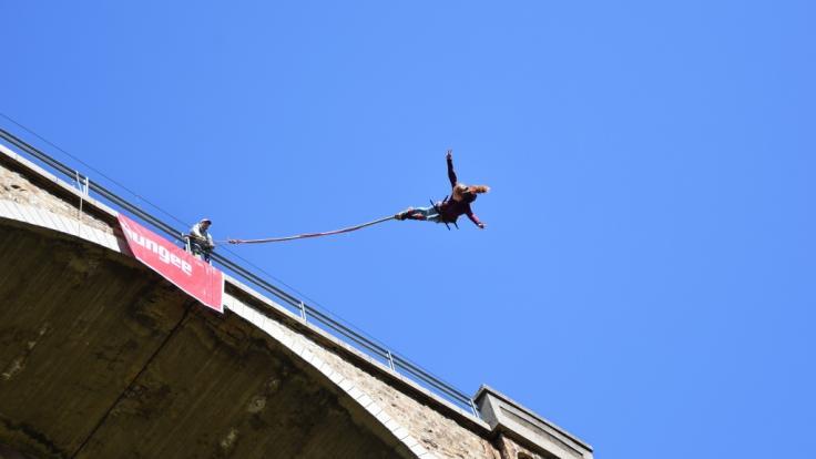 Eine junge Frau ist in Kolumbien beim Bungee Jumping gestorben. (Foto)
