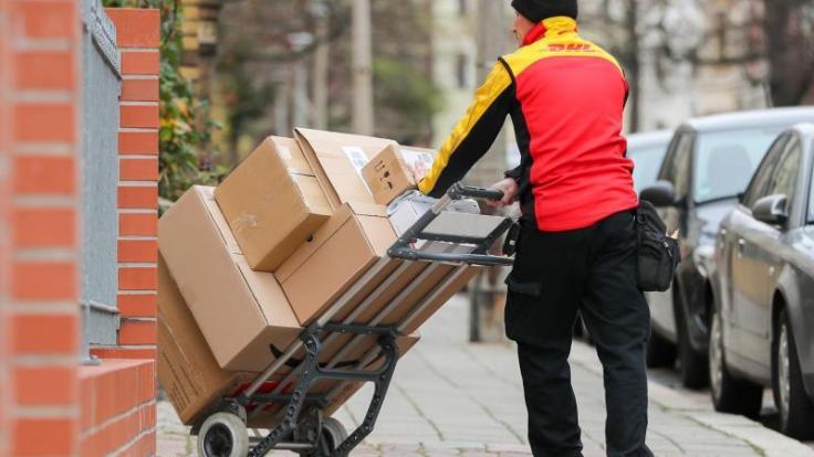 Die DHL Deutsche Post dreht Ende 2019 an der Preisschraube: Das Porto für Pakete soll steigen.