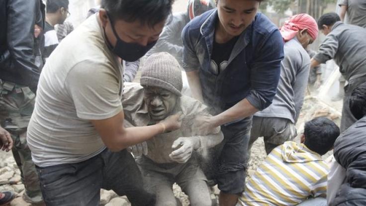 Nach dem Erdbeben bergen Helfer Überlebende aus den Trümmern in Kathmandu.