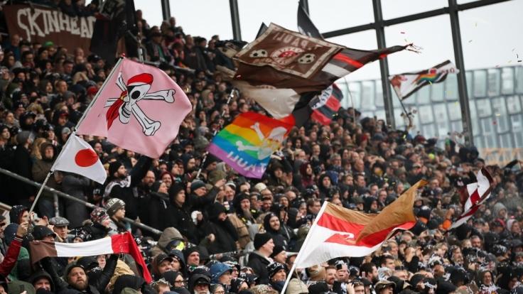 Mit Fahnen in allen Farben zeigen die Fans vom FC St. Pauli, wem ihr Herz gehört. (Symbolbild) (Foto)