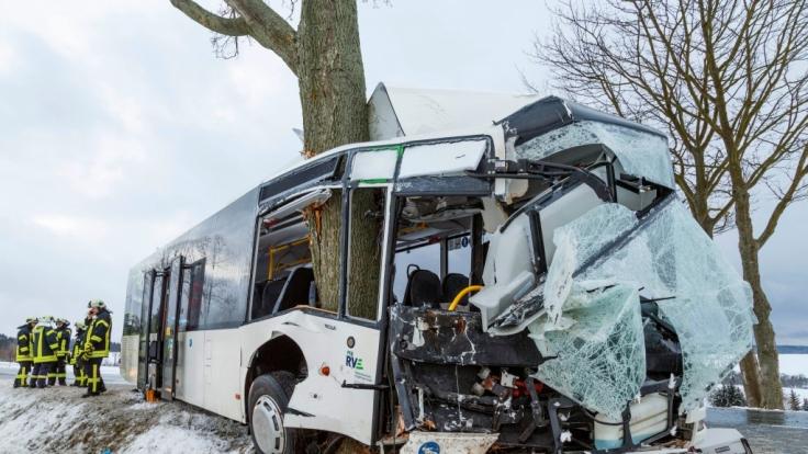 In Sachsen ist ein Bus gegen einen Baum geprallt - es gab mehrere Verletzte. (Foto)