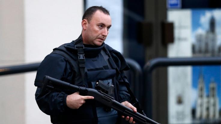 Muss man sich an solche Bilder gewöhnen? Ein schwerbewaffneter Polizist bei einem Anti-Terror-Einsatz. (Foto)
