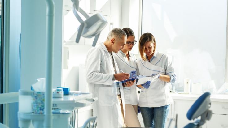 Ein Zahnarzt aus Pfaffendorf hat seine Mitarbeiter*innen gedroht: Corona-Impfung oder Job weg. (Symbolfoto) (Foto)