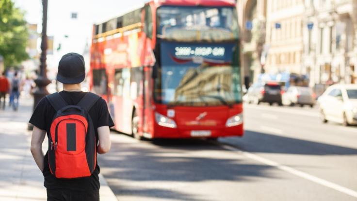 Zwei Schulkinder sind im Großraum London nur um Haaresbreite einer Entführung an einer Bushaltestelle entkommen (Symbolbild). (Foto)