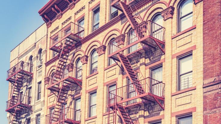 In New York stürzte ein Kleinkind aus einem Fenster und überlebte. (Foto)