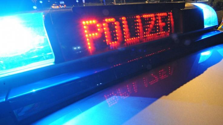 Die Polizei fahndet nach den fünf Tätern. (Foto)