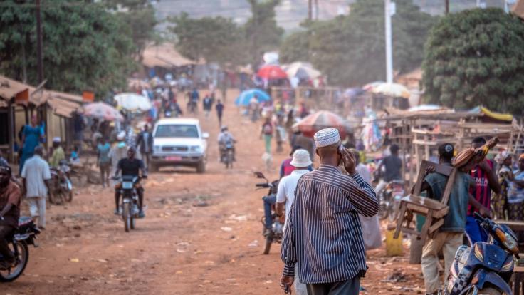Im Norden Ugandas hat eine Frau im Alkoholrausch ihrem Ehemann während er schlief den Penis abgeschnitten. (Symbolbild) (Foto)