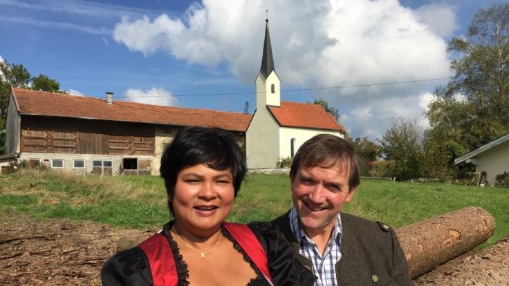 """Seit """"Bauer sucht Frau"""" unzertrennlich: Bauer Josef und Ehefrau Narumol. (Foto)"""