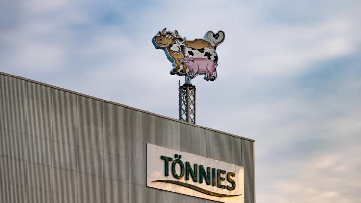Im Werksgebäudes des Fleischbetriebes Tönnies kam es zu einem tödlichen Messer-Angriff. (Foto)