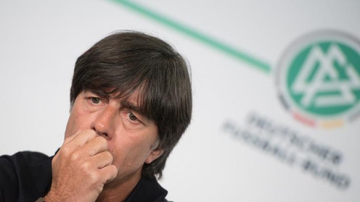 Bundestrainer Joachim Löw hat die Respektlosigkeit von Fußballfans scharf kritisiert. (Foto)