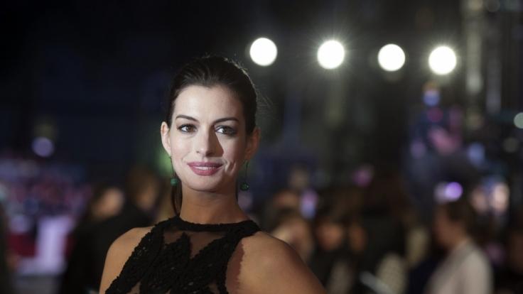 Schauspielerin Anne Hathaway zeigt sich im Netz ungewohnt freizügig. (Foto)