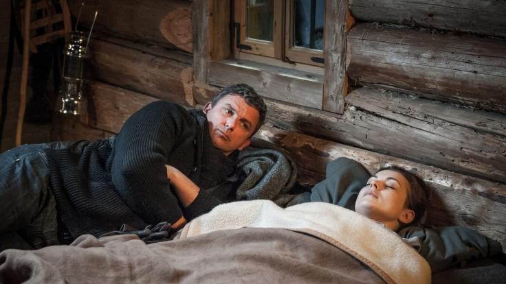 Martin (Hans Sigl, l.) sorgt sich um die verletzte Lisa (Henriette Richter-Röhl, r.). (Foto)