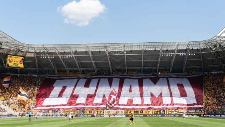 Im Stadion von Dynamo Dresden kam es zu einem Eklat, als sich Ordner des Vereins mit verfassungsfeindlichen Symbolen auf der Kleidung zeigten (Symbolbild).