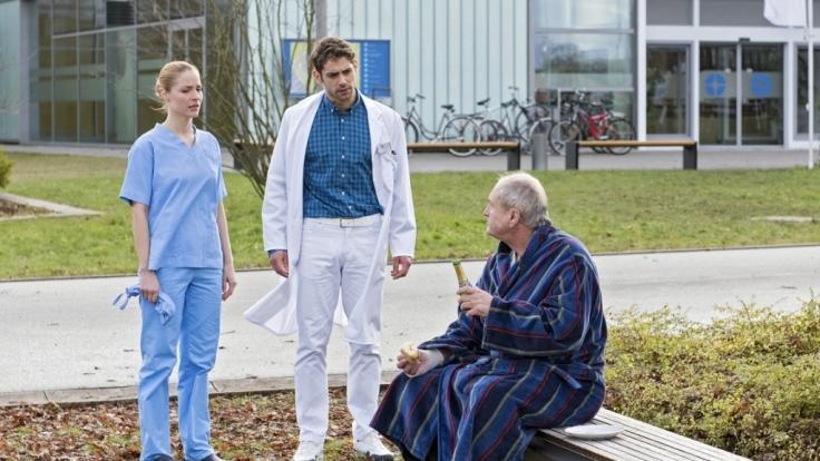 """Ein schwieriger Patient verweigert in Folge 11 von """"In aller Freundschaft - Die jungen Ärzte"""" seine Organtransplantation. (Foto)"""