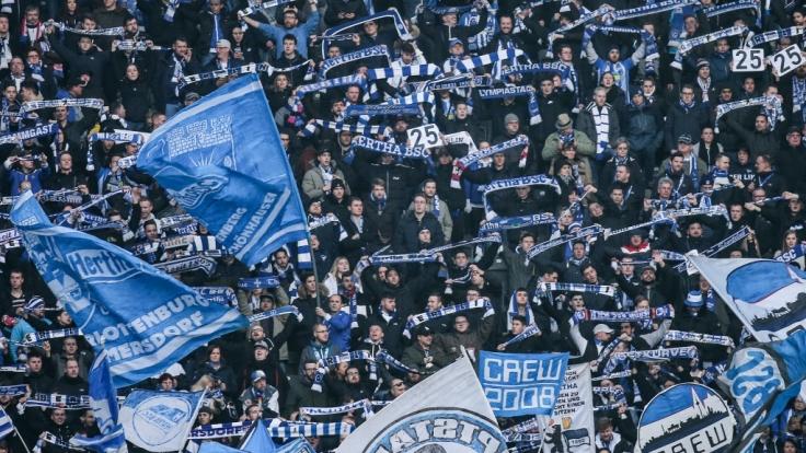 Mit den Schals von Hertha BSC in der Luft zeigen die Fans ihre Unterstützung. (Symbolbild)