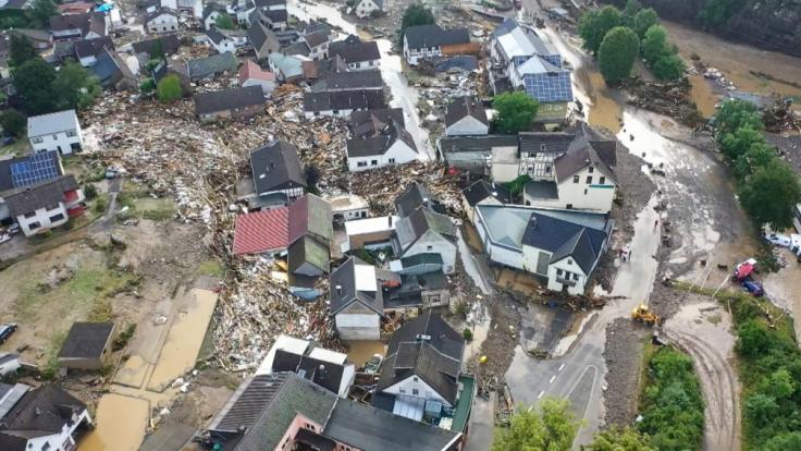 Die mit einer Drohne gefertigte Aufnahme zeigt die Verwüstungen die das Hochwasser der Ahr in dem Eifel-Ort Schuld angerichtet hat. (Foto)