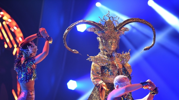 """Das schwerste Kostüm der zweiten """"The Masked Singer""""-Staffel hatte in Show 3 seinen letzten Auftritt: Die Maske der Göttin ist gefallen. (Foto)"""