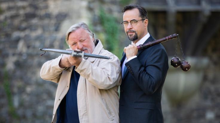 """Axel Prahl (als Frank Thiel) undJan Josef Liefers (als Karl-Friedrich Boerne, r.) am """"Tatort""""-Set. (Foto)"""