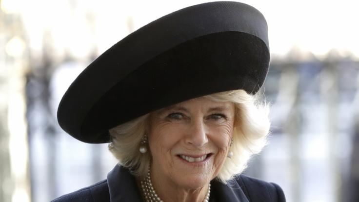 Die britische Herzogin Camilla wurde bei einem Auftritt in Liverpool von einem Fan überrumpelt, als dieser plötzlich die Barriere überwand und sie umarmte. (Foto)