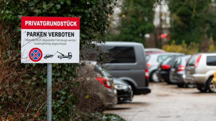 Nach dem Fund einer toten 19-Jährigen auf einem Parkplatz in Lüneburg ermittelt die Polizei. (Foto)