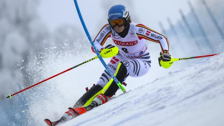 Christina Ackermann legt beim Ski-alpin-Weltcup 2019/20 volle Konzentration an den Tag.