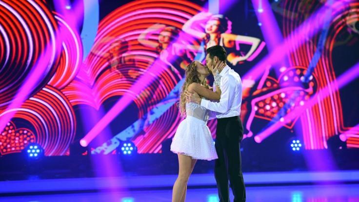Ein Kuss von Jenny Elvers für Tanzpartner Jamal Othmann.