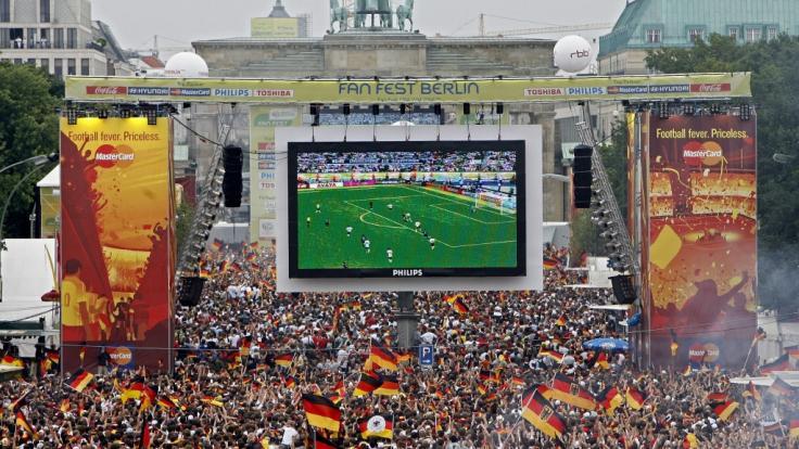 Am Brandenburger Tor in Berlin öffnet auch 2018 zur Fußball-WM wieder die größte Fanmeile Deutschlands. (Foto)