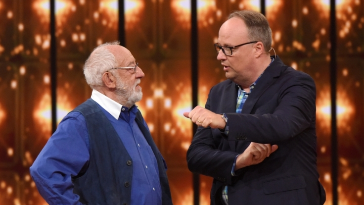 Dieter Hallervorden (l.) und Oliver Welke (r.) blicken auf die größten Spaßvögel des deutschen TVs zurück. (Foto)